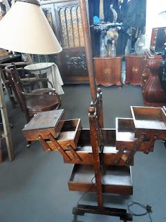 costurero antiguo con lampara en el desembalaje de Arriondas
