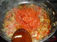 Añadiendo el tomate picado