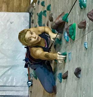 Janiina Kauppinen kiipeilyseinällä Salmisaaren Kiipeilykeskuksessa