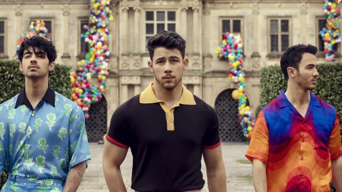 O single de retorno da boyband já chega com clipe, que estreou na madrugada dessa sexta-feira (1).