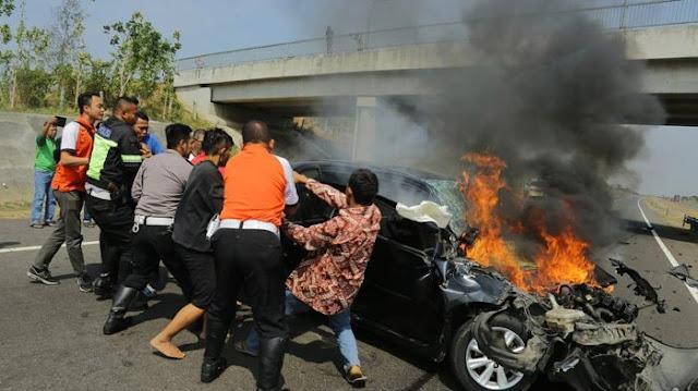 Aksi Heroik Gubernur Anies Saat Terjadi Kecelakan Maut di Cipali