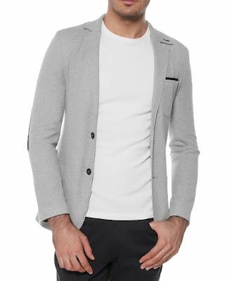 Açık gri blazer ceketin beyaz bir sivitle kombini
