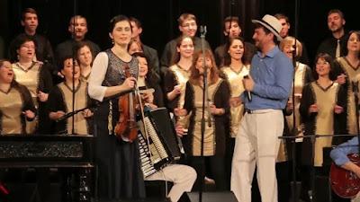 """La versión húngara de """"Shiru La Melech"""" la popular canción israelí, junto a un equipo de 11 personas el grupo Sabbathsong Klezmer Band magníficamente con el Coro Kineret de 30 personas."""