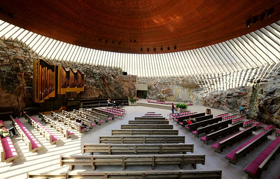 Kayaların içine oyularak yapılmış olan kilise Finlandiya'nın Helsinki şehrinde bulunuyor.