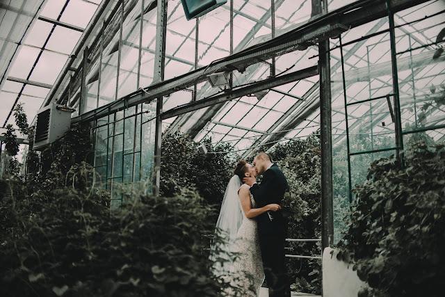 Sesja ślubna w szklarni.  Moose Wedding Fotografia