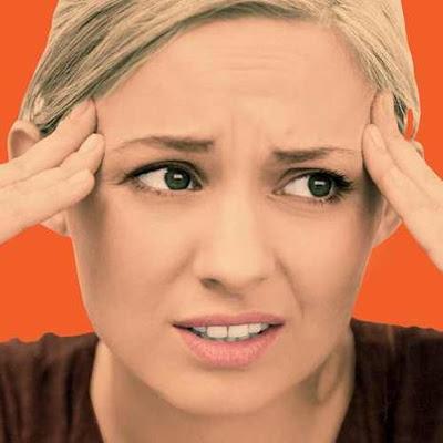 امراة فتاة بنت قلقة خائفة منزعجة مرعوبة تضع يدها على جبتها الجبهة girl  woman scared frightened panicked upset uncomfortable put hand on forehead