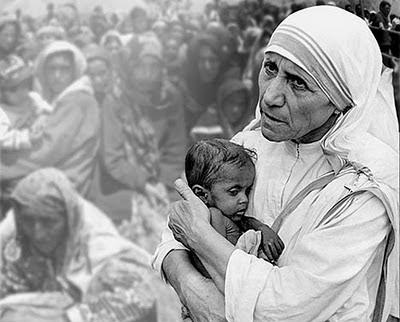 madre teresa de calcula cargando en brazos a un niño desnutrido