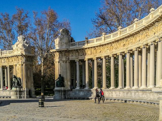 Ven a tomar el sol en el Retiro arropado por las columnas del Monumento a Alfonso XII