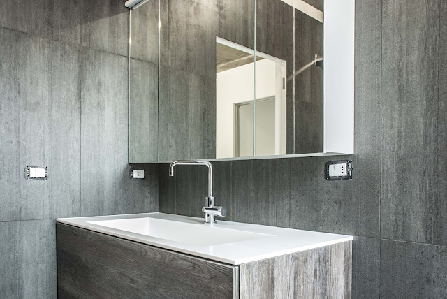 dettaglio di bagno con pietra naturale