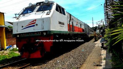 Hati-hati, kereta api bisa tiba-tiba lewat ketika makan Bakso President.