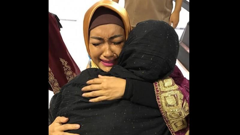 Julia Perez menangis di pelukan Ria Irawan