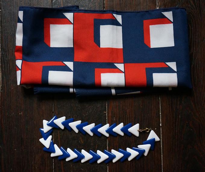 un foulard bleu blanc rouge et un collier perles en triangle des années 70  70s patriotic scarf , triangle necklace