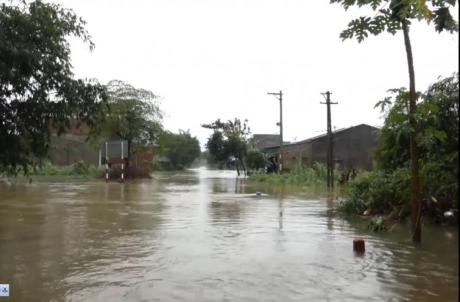 Quảng Ngãi: Nhiều nhà dân sơ tán vì nước dâng cao, đã có 1 người chết