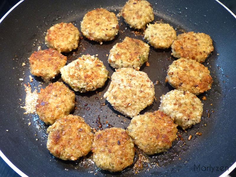 Faites dorer les bouchées de poulet au pesto.