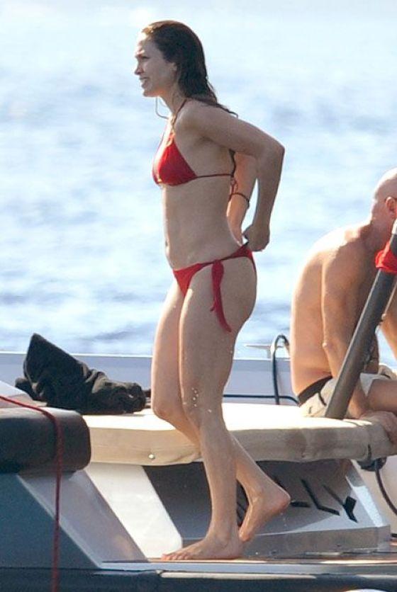 Jennifer lopez bikini ass