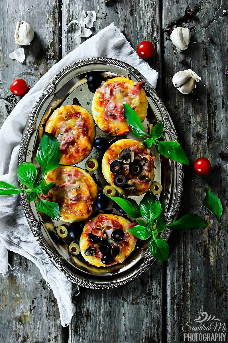 Mini Biscuit Pizzas | sandraseasycooking.com