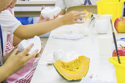 横浜美術学院の中学生教室 美術クラブ 「夏休み美術教室。」立体課題の制作風景
