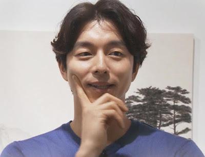 Biografi Gong Yoo     Biodata   Nama Lahir : Gong Ji-cheol  Nama Lain : Gong Yoo  Tempat Tanggal Lahir : Busan, 10 Juli 1979  Umur : 37 tahun  Kebangsaan : Korea Selatan  Pendidikan : Kyung Hee University (Theater)  Pekerjaan : Aktor  Tahun Aktif : 2001-sekarang  Agensi : Management Soop  Twitter : https://twitter.com/actorgongyoo  Instagram : https://www.instagram.com/gongyoo_official  Biografi   Gong Yoo memulai karir di industri hiburan Korea sejak tahun 2001. Ia memulainya dengan peran peran kecil di sebuah drama dan juga film. Nama Gong Yoo lalu mulai dikenal namanya tatkala ia membintangi drama komedi romantis berjudul The 1st Shop of Coffee Prince di tahun 2007 dengan peranya sebagai Choi Han-kyul. Nama Gong Yoo menjadi terkenal ketika film yang ia bintangi Train To Busan tahun 2016 sukses. Lalu namanya semakin meroket dan dikenal banyak orang saat Gong Yoo berperan sebagai Kim Shin di drama fantasi Guardian: The Lonely and The Great God atau juga dikenal dengan drama Goblin tahun 2016-2017. Berkat itu ia pun kemudian banyak tawaran salah satunya banyak membintangi iklan.  Film   2003 – My Tutor Friend, sebagai Lee Jong-soo  2004 – Spy Girl, sebagai Choi Ko-bong  2004 – Superstar Mr. Gam, sebagai Park Chul-soo  2004 – S Diary,
