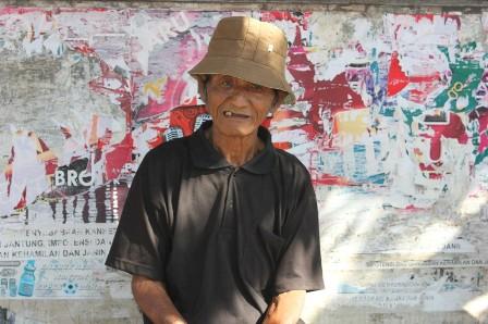 Mbah Sujak, sesepuh Desa Tegalsari yang juga juru kunci Kompleks Makam Kyai Ageng Muhammad Besari di Kompleks Masjid Tegalsar.