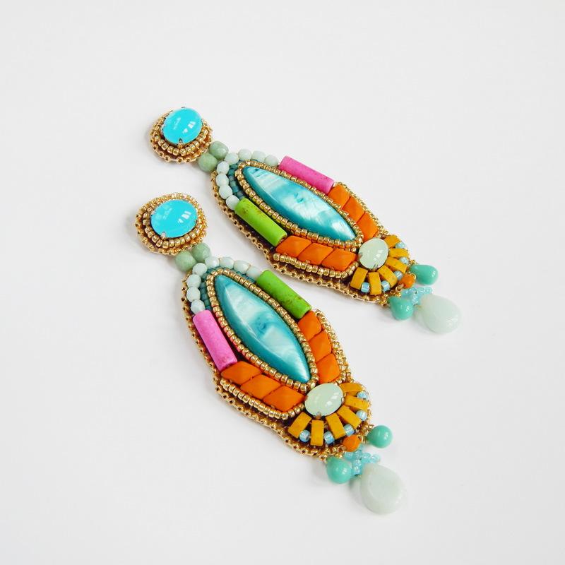 Kolorowe kolczyki wykonanane haftem koralikowym