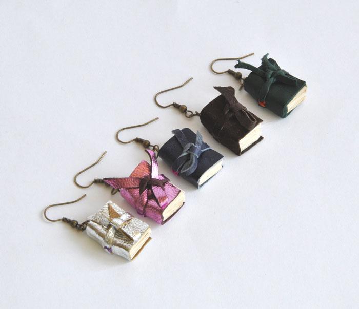 324d447c4ed18a książeczki miniaturki: kolczyki książki fioletowe
