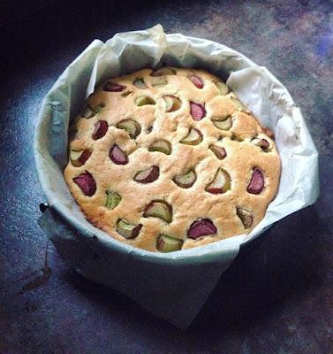 Ciasto migdałowe z rabarbarem i nutką cynamonu