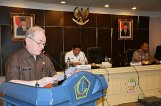 Asisten I Setdaprov Sulut, Jhon Palandung didampingi Karo TapemHum, Jemmy Kumendong pada Rakor Tantibmas. (Ist)