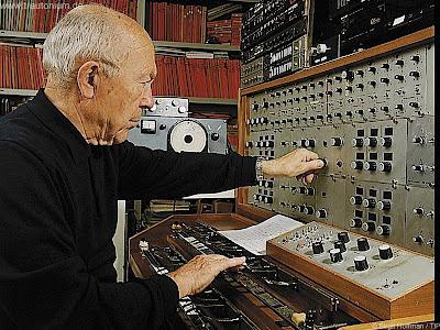 Oskar Sala en su estudio de Charlottenburg con el Mixturtrautonium