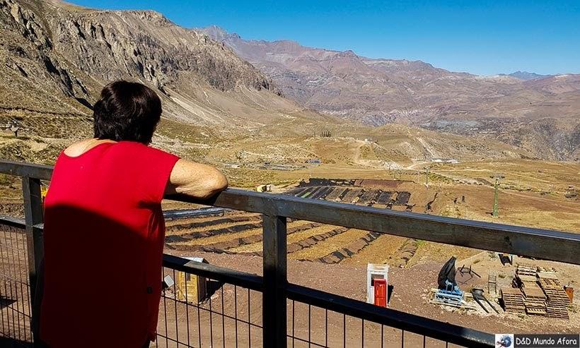 Mamis contemplando as áreas do Parque Farellones - Valle Nevado no verão