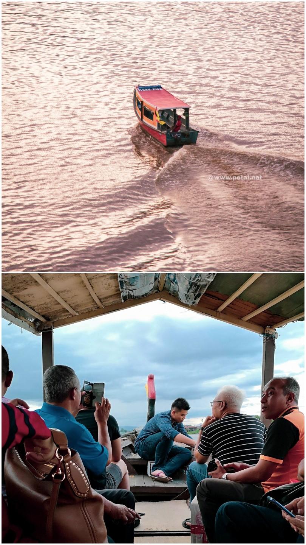 Bot Penambang Sungai Sarawak yang kecil