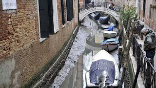 Στέγνωσαν τα κανάλια της Βενετίας από το «σούπερ μπλε ματωμένο» φεγγάρι