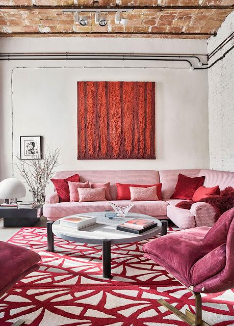 Canapea roz și bucătărie neagră într-un apartament din Barcelona