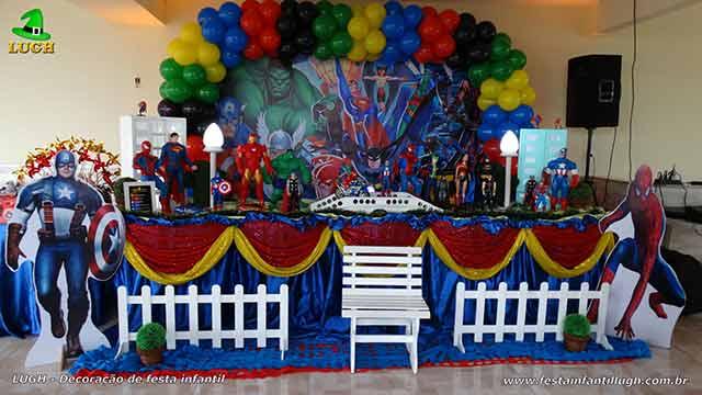 Decoração de mesa de aniversário Super Heróis tradicional forrada com toalhas de tecido