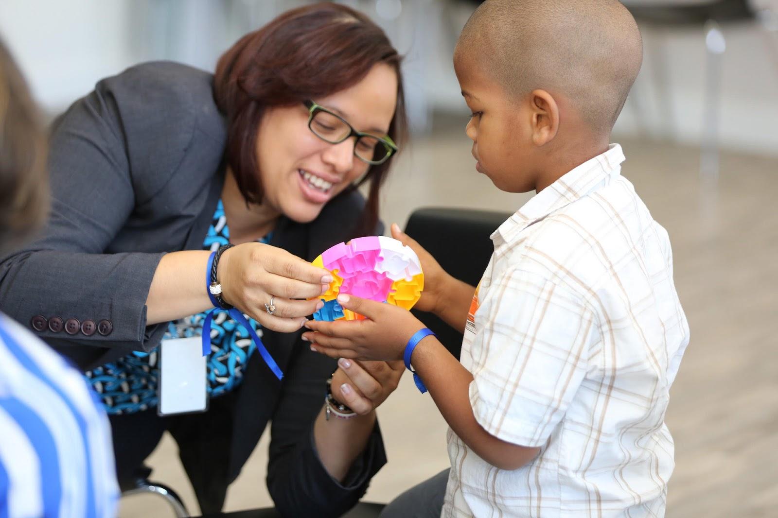 CAID San Juan: Despacho Primera Dama orienta a padres en convivencia hijos con autismo