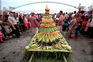 Tradisi unik sedekah laut di cilacap jawa tengah