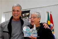 Tricano entrega prêmio à servidora municipal Orotide Monteiro, a Tide