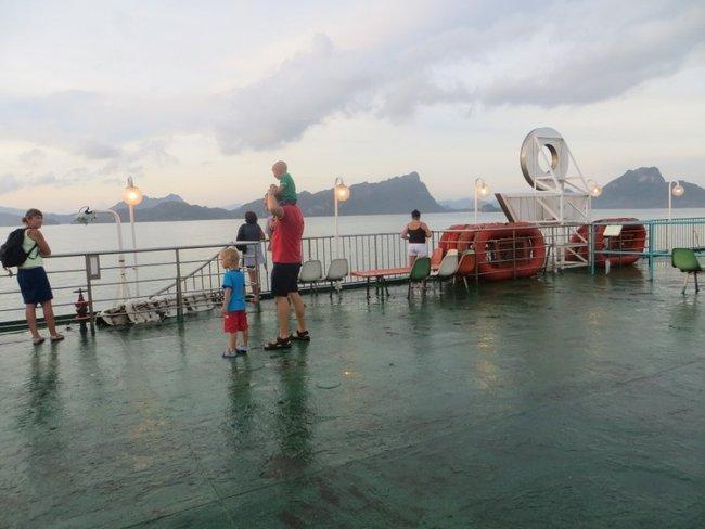 Люди на верхней палубе смотрят на острова