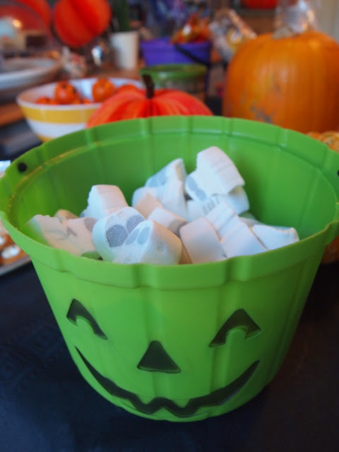 Party Pieces green pumpkin bucket with Casper marshmallows