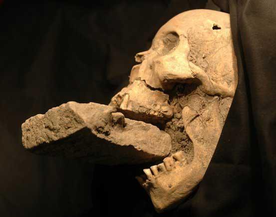 fragmen tulang dan pengingat lainnya selalu menghantui orang yang sudah usang mati 10 PENEMUAN ARKEOLOGI PALING MENGERIKAN DI DUNIA