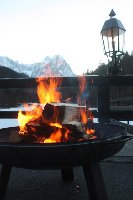Feuerkorb zum Hochzeitsempfang - Winterhochzeit im Riessersee Hotel in Garmisch, Hochzeitsempfang am See - Winter wedding Bavaria, fire basket, lake-side wedding