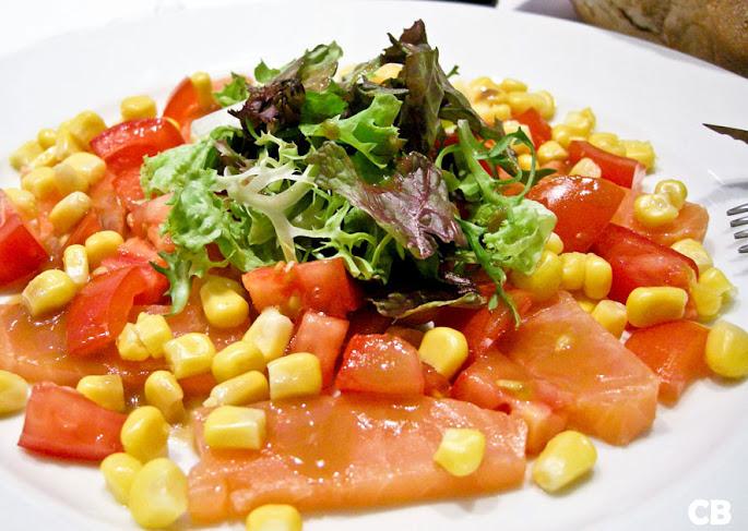 Franse salade van gerookte zalm, maïs en tomaten met een sherryvinaigrette