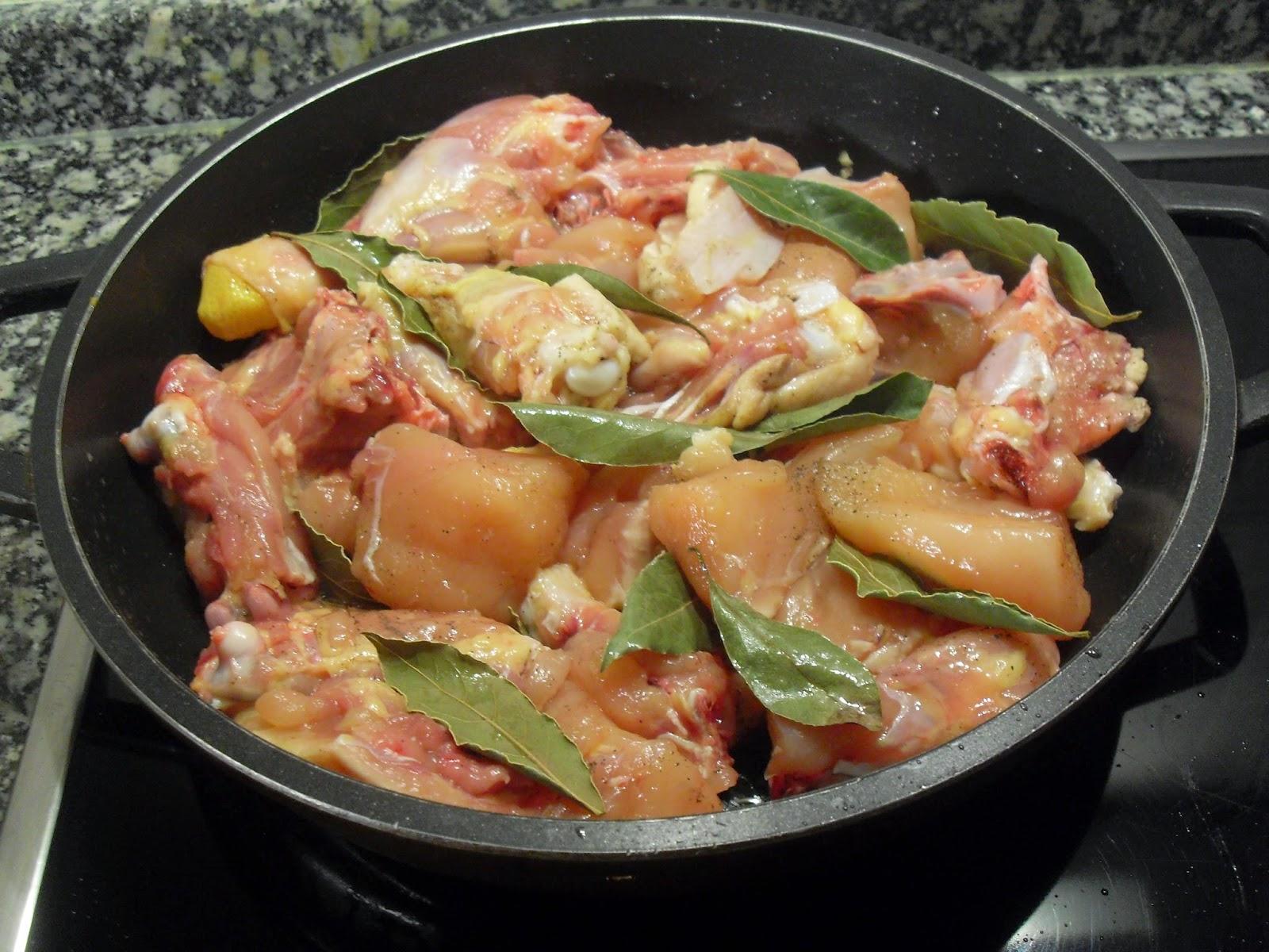 Cocinando el pollo con la cebolla y el laurel.