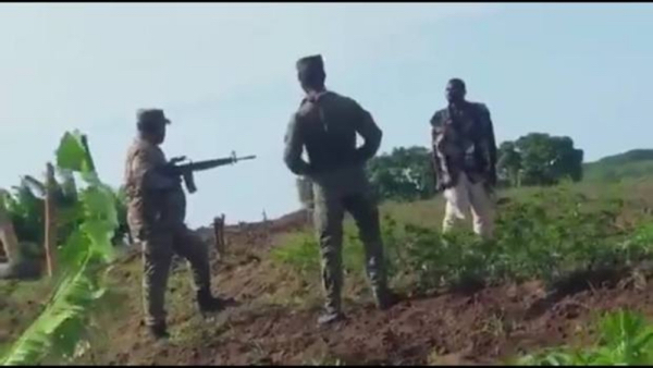Haitiano con machete amenaza y hace retroceder a dos militares dominicanos