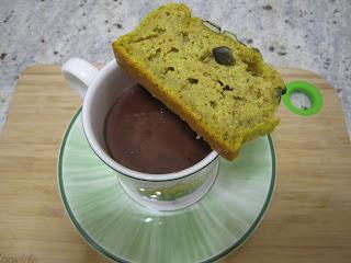 Tranche de cake à la courge butternut sur une tassede chocolat chaud