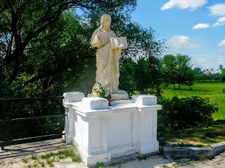 Галич. Памятник Иисусу Христу у пешеходного моста