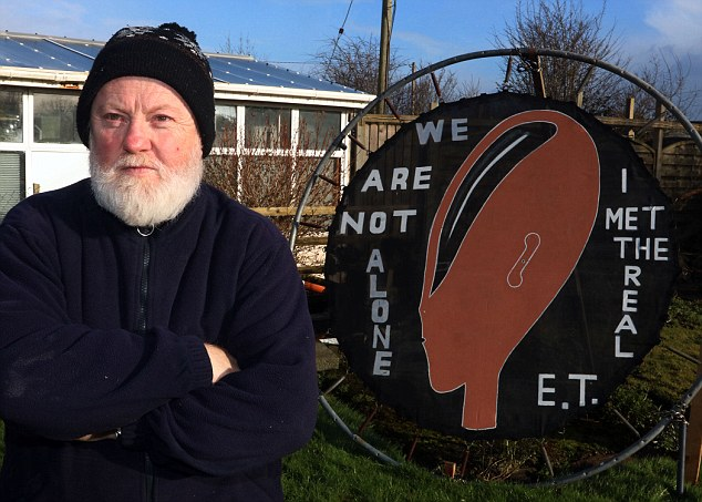 Gerry Battles, de 61 años de edad afirma que los extraterrestres le dijeron que eran 4 millones años luz más avanzados que los humanos.