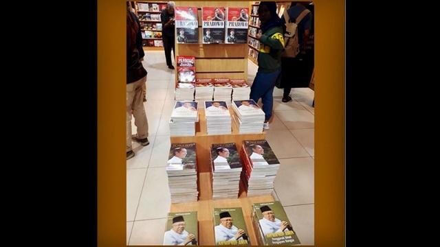 Di Toko Buku, Buku tentang Prabowo - Sandi Ditaroh di Atas, Buku Jokowi - Ma'ruf di Bawah