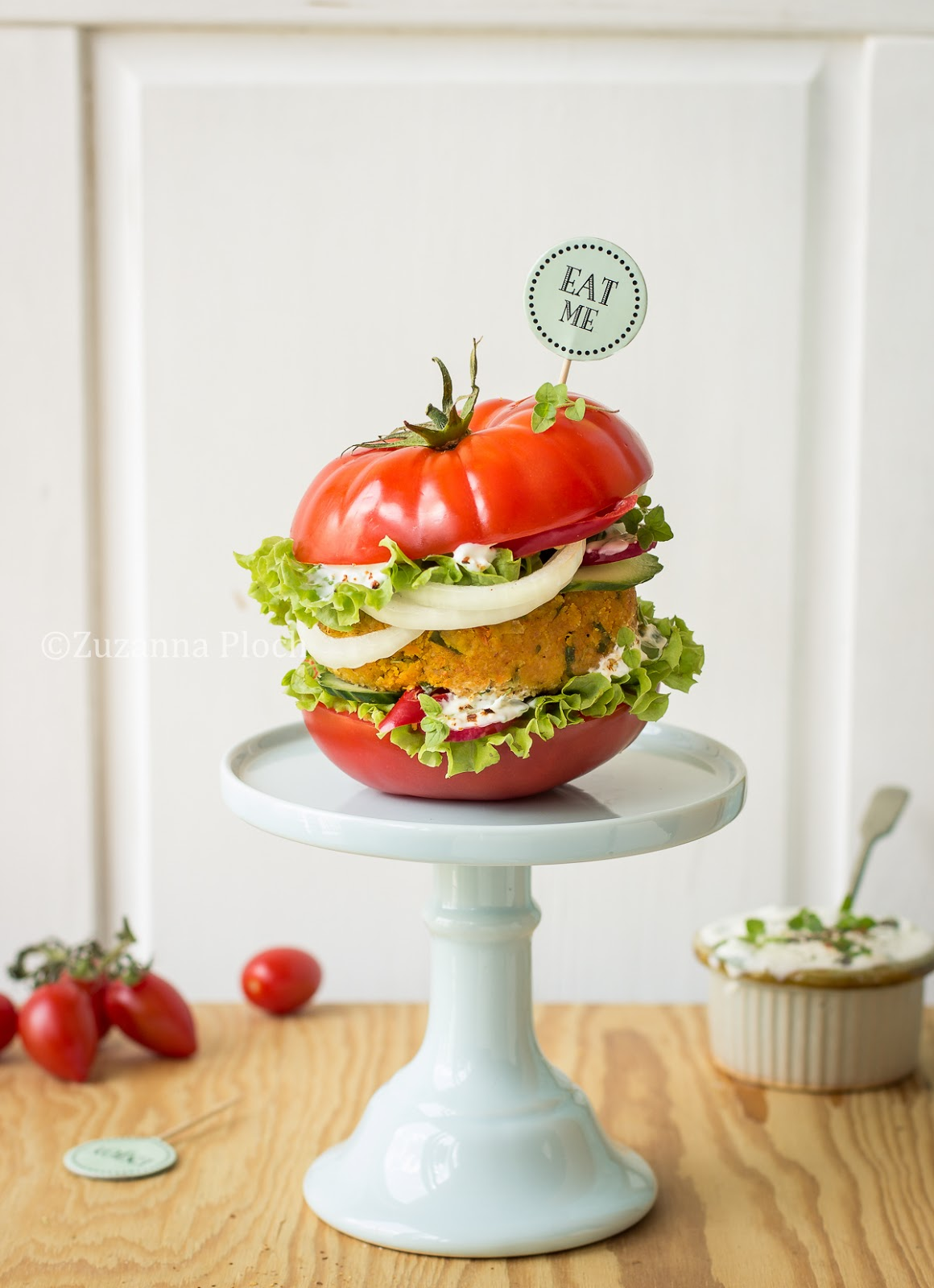 tomato burger - food photography by Zuzanna Ploch, fotografia kulinarna