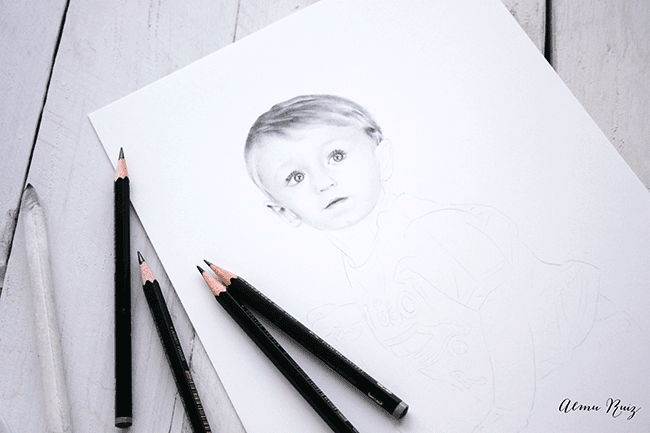 Proceso creativo de un retrato infantil hecho a lápiz