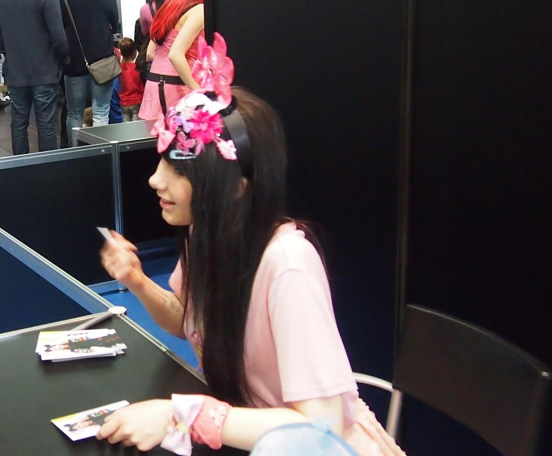 Jamie-Lee Kriewitz auf der leipziger Buchmesse - manga Comic Convention März 2016  - beim Signieren und Autogramme schreiben